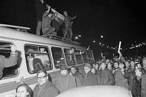 Lidé v ulicích. V březnu 1969 porazili  hokejisté ČSSR na mistrovství světa ve Stockholmu dvakrát Sovětský svaz. Lidé v Československu to brali jako pomstu za okupaci srpna 1968 a vyšli do ulic.