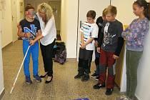 Školáci z Havlíčkovy Borové si vyzkoušeli chůzi se slepeckou holí.