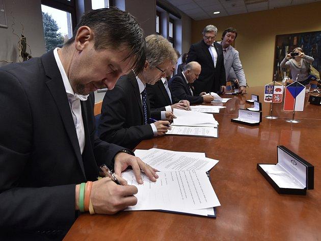 Sociální demokraté, ANO, ODS a Starostové pro Vysočinu v úterý podepsali v sídle kraje koaliční dohodu.