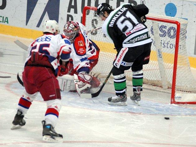 Úvodní zápas v Mladé Boleslavi odchytal za Havlíčkův Brod Stanislav Neruda, v závěru však musel kvůli poškozené masce na chvíli přepustit místo Jaroslavu Suchanovi.