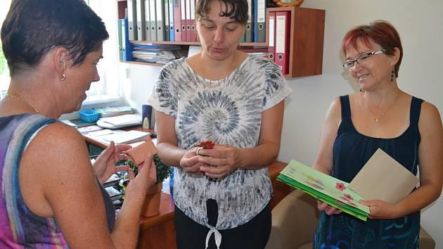 Finanční dar pro Centrum sociálních služeb Petrklíč převzaly přímo v Mateřské škole Na Pohoří ve Zruči nad Sázavou z rukou ředitelky Jarmily Chalupové ředitelka havlíčkobrodské Charity Anna Blažková a vedoucí stacionáře Terezie Veletová.