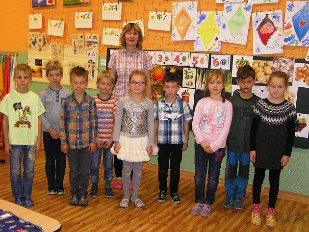 Na snímku je první třída Základní a mateřské školy Šlapanov střídní učitelkou Miluší Pytlíkovou.