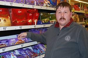 Osmatřicetiletý Jiří Štefl ukazuje, co je pro zloděje největším lákadle – čokolády za téměř sto korun. Dalším zbožím žádaným mezi zloději je hlavně drogerie, cigarety a alkohol.