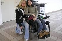 Denisa se ke svému handicapu staví čelem. Sama zvládá celou řadu každodenních aktivit. Po skončení studií na gymnáziu by ráda začala s vysokoškolským studiem.