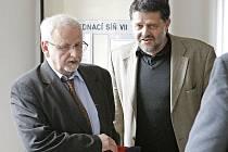 Bývalý starosta Havlíčkova Brodu Jaroslav Kruntorád (vpravo) si ve středu u Okresního soudu v Pardubicích vyslechl osvobozující rozsudek. Na snímku vychází z jednací síně společně s pražským obhájcem Eduardem Brunou.
