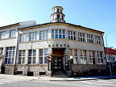 Legendární ledečský hotel stojí na pravém břehu řeky. Po šestnácti letech znovu ožil.