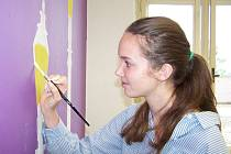 Studenti sexty A se rozhodli, že v rámci Dne plného projektů vymalují stěny své třídy. Během dopoledne ji změnili k nepoznání.