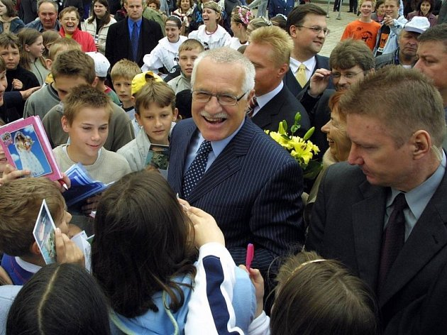 V obležení ochranky. I když při nedávné návštěvě prezidenta Václava Klause na Vysočině byla hlava státu obklopena ochrankou, lidé se přece jenom do její blízkosti dostali.