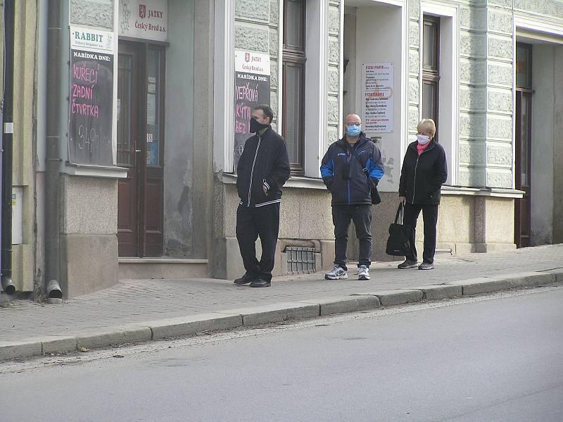 Před obchody na Havlíčkobrodsku se tvoří fronty, výlohy mají výstražné cedule.