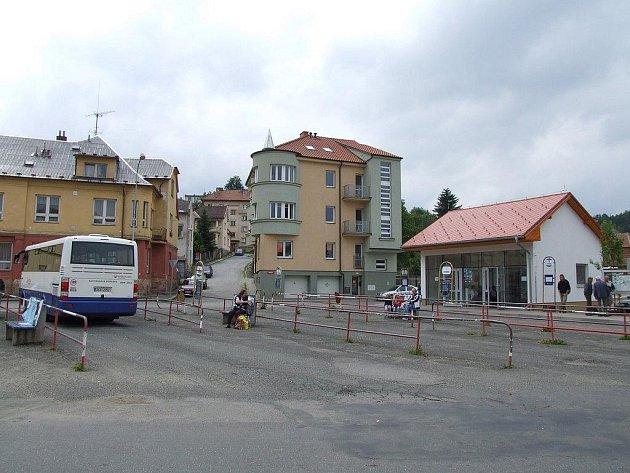 Autobusové nádraží v Ledči nad Sázavou.