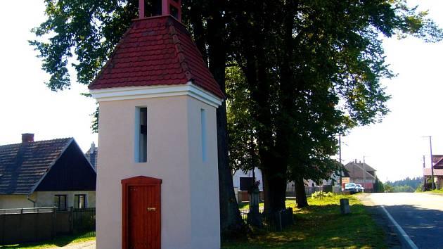 V obci Vrbka na Ledečsku byla úspěšně dokončena náročná oprava místní zvoničky.
