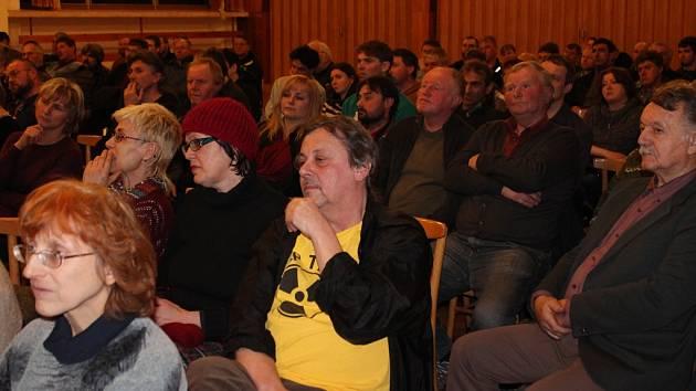 Lidé zaplnili sál kulturního domu v Brzkově. Někteří svůj nesouhlas s plánovanou těžbou uranu, kterou zde má vláda v plánu, vyjádřili trikem nebo páskou přes ruku.
