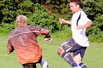 Penalta ani náhodou, pane rozhodčí. Snímek jasně ukazuje, že pohledský gólman Jan Růžička byl u míče dříve než věžnický útočník Michal Šejstal.  Penalta a vyloučení pohledského gólmana bylo tedy neoprávněné.