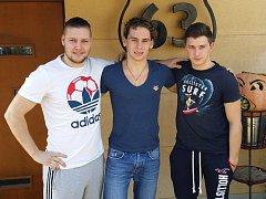 Igor Loginovskij, Jevgenij Kondratěv a Kirill Vlasov hrají třetí nejvyšší českou hokejovou soutěž v Havlíčkově Brodě. V týmu jsou spokojeni, město se jim líbí a ochutnali již i české pivo. Jen jim tu schází více ruských děvčat. Foto: Deník/Petr Veselka