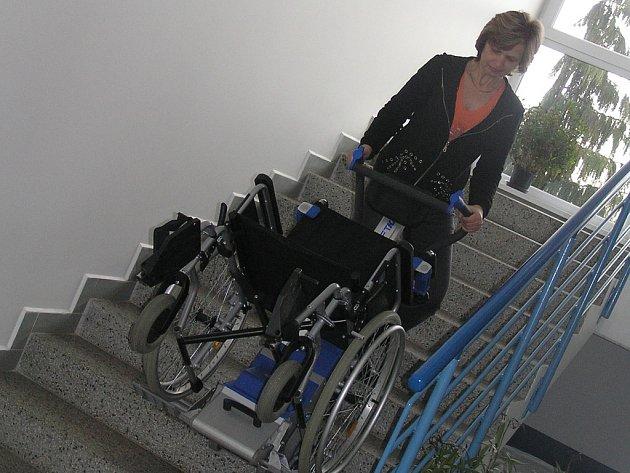 Speciální dárek. Pro potřeby klientů i pečovatelů zakoupil Domov pro seniory Reynkova schodolez.