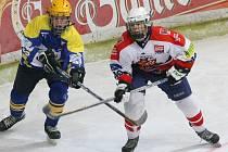 Lepší než junioři. Hokejoví dorostenci Havlíčkova Brodu jsou na tom ještě o stupínek lépe než brodští junioři (v bílém). Skupinu C ligy dorostu vedou o sedm bodů.