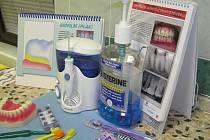 Tak vypadá stůl dentální hygienistky před instruktáží. Některé předměty na snímku, například zubní sprchu,  vidí mnozí pacienti  vůbec poprvé v životě. Jejich kartáček bývá koupený  většinou narychlo v supermarketu.