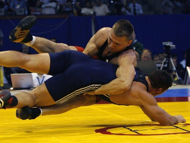 V cestě za medailí stál Marku Švecovi opět italský zápasník Diagore Timoncini (v modrém). Stejně jako předloni na světovém šampionátu v Baku však měl i ve Vilniusu navrch český borec. Tentokrát už ve čtvrtfinále.