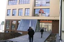 Moderní přístavba školy v Golčově Jeníkově na kolaudaci zatím čeká.