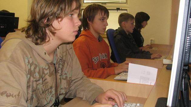 S klávesnicí počítače si někteří žáci více než tykají. Ti nejlepší soutěžili v Havlíčkově Brodě.