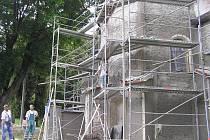 Do třetí etapy postoupila rekonstrukce kostela v Úsobí.  Po dokončení by měla  objekt pokrývat  červená omítka. Podle faráře Jakuba Meda nejde o  snahu farníky šokovat. Podle zachovalých zbytků fasády se tato barva na kostele už v v minulosti objevila.