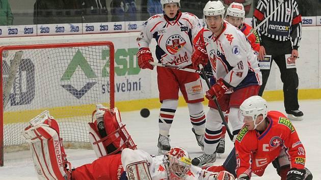 Bitva jako řemen. Hokejisté Havlíčkova Brodu (v bílém) se mohou těšit na vypjatý čtvrtfinálový duel s Třebíčí. O jejich vzájemném souboji rozhodly výsledky posledního kola základní části.