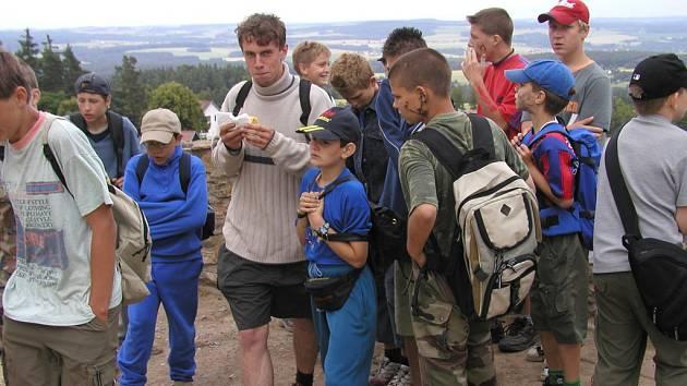 Letní tábory nabízejí pestrou nabídku výletů. Třeba na hrad Lipnice.