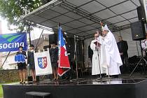 Nový obecní prapor a znak požehnal v Pohledu opat želivského kláštera Jáchym Jaroslav Šimek.