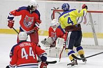 Havlíčkův Brod (na archivním snímku v červeném) má ve svých zádech již šest vítězství v řadě.  V posledních dvou duelech navíc Bruslaři dokázali svým soupeřům dohromady nastřílet jedenadvacet branek.