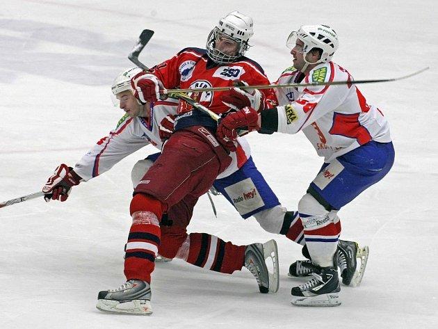 Hokejisté Havlíčkova Brodu a Třebíče (v bílém) v posledním kole základní části první ligy uhájili své postavení mezi prvními osmi celky soutěže. Dnes tak zahájí boje v play off. Oba krajské rivaly čekají zápasy na ledě největších favoritů ligy.