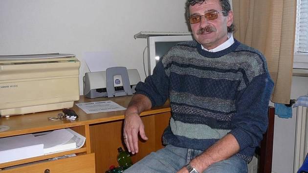 Odborář má argumentů dostatek. V posledních dnech neví Rudolf Kočí, co dřív. Jako šéf školských odborů na Havlíčkobrodsku a Jihlavsku konzultuje s učiteli, kteří chtějí do stávky, jak to na to. Jedná ovšem i s krajským a dalšími úřady.