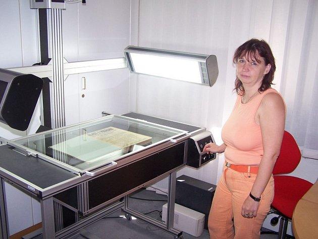Tajemné pracoviště. Digitalizaci v krajské knihovně provádí Marta Balounová.