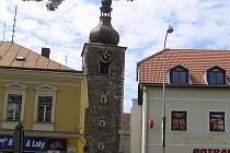 Kostelní věž. Podle radnice i podle církvi, které věž patří, už potřebuje důkladnou rekonstrukci. Město však může práce začít teprve tehdy, když si ji od církve pronajme. Jenom tak totiž získá dotace od státu.