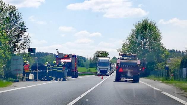 Hořící auto zablokovalo dopravu na Havlíčkobrodsku