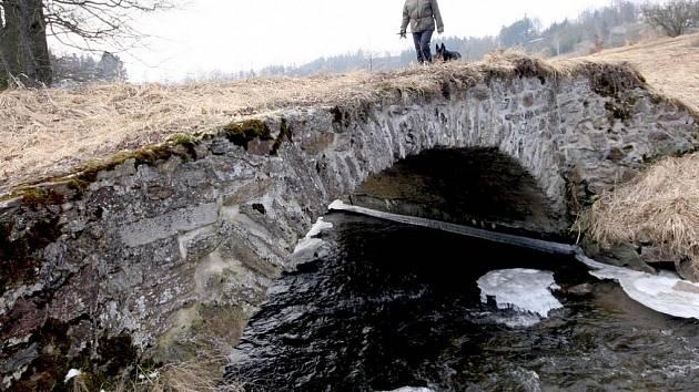 Most nad Borovským potokem ve Stříbrných Horách stojí šest století.