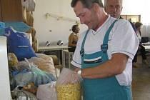 Vykupující Pavel Dymák přijímá balíček s diviznou, který před navážením pečlivě zkontroluje.