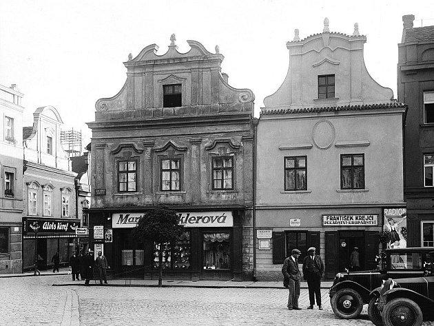 Takto vypadal roh Havlíčkova náměstí, kde se dnes nachází budova Komerční banky, ve dvacátých letech minulého století.