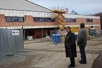 Vedení města (na snímku starostka Lenka Arnotová a místostarosta Josef Böhm) je s postupem stavebních prací, které realizuje žďárská společnost PKS, spokojeno.