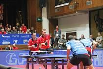 Třetí finále v extralize stolního tenisu nabídlo zaplněnému Kulturnímu domu Ostrov málo vídané drama. O posledním bodu musela rozhodnou čtyřhra a v ní už dvojice Tregler, Širuček (v červeném) jasně dominovala nad hradeckým párem Pištej, Šereda.