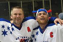 Takto Richard Cachnín (na snímku vpravo) se Stanislavem Mečiarem před pěti lety slavili postup do I. ligy a zároveň se loučili s hráčskou kariérou. Nyní je Richard Cachnín trenérem u juniorů.