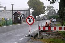 Podél frekventované silnice v Sobíňově se už kope, chodníky mají být hotové už v listopadu.