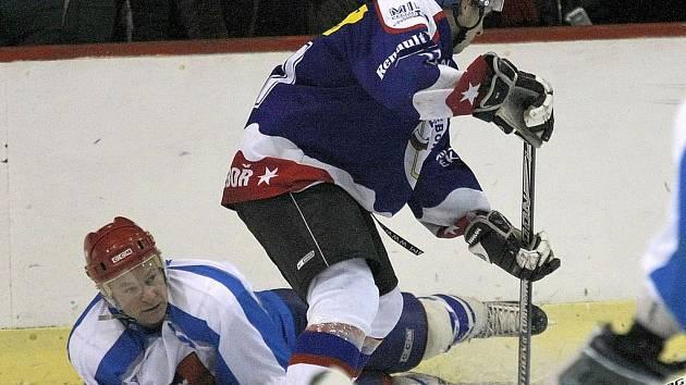 V Chrudimi si spolu zahráli zkušený hokejový matador Stanislav Mečiar (na snímku) se svým synem Tomášem.