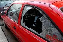 Pachatel má od konce ledna do současnosti na svědomí již osmadvacet poničených aut. Ilustrační foto.