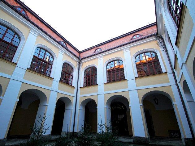 Městské muzeum v Chotěboři se za 130 let své existence mnohokrát stěhovalo. Od roku 1952 sídlí v zámku rodu Dobrzenských.