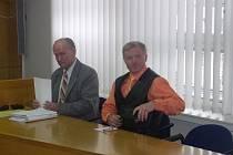 Obžalovaný z týrání. Bývalému policistovi z Havlíčkova Brodu Oldřichu Špiglovi (vpravo) hrozí až osm let vězení.