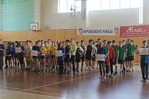 Jedenáct družstev nastoupilo ve čtvrtek ke slavnostnímu zahájení finále. Kromě Ledče nad Sázavou a Havlíčkova Brodu Vysočinu reprezentují i gymnazisté z Velkého Meziříčí.