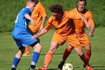 Fotbalisté Mírovky (v oranžových dresech vpravo) platili v sousedském derby s Lípou za favorita. Jenže jen remizovali 1:1 a v tabulce A skupiny I. B třídy ztrácejí na vedoucí Košetice dva body. Ty vyhrály těsně v Novém Rychnově 2:1.