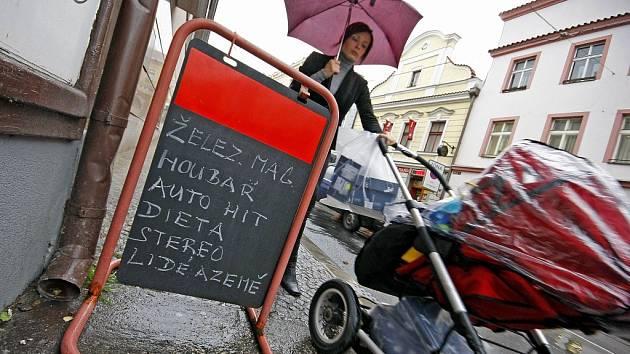 Kvůli poutačům a cedulím u obchodů se dá na některých místech v Dolní ulici v Havlíčkově Brodě jen těžko projít. Zejména vozíčkářům a matkám s kočárkem to způsobuje značný problém.