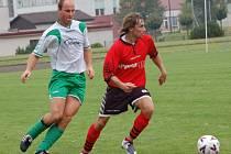 Dobronín přivítá na domácím trávníku Věžnici (vpravo Jindřich Martínek). Ta by ráda vrátila domácím podzimní prohru 0:1.