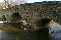 Kamenný most v Ronově nad Sázavou nedaleko Přibyslavi poškodily ledové kry.